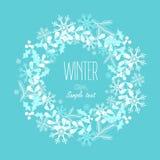 Grußkarte mit einem festlichen Kranz Vier Schneeflocken auf weißem Hintergrund Stockfoto