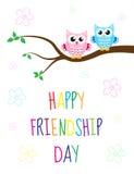 Grußkarte mit einem glücklichen Freundschaftstag Nette Karikatureule der Grußkarte, die auf einem Baum sitzt Auch im corel abgeho Lizenzfreies Stockfoto