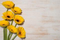 Grußkarte mit gelben Blumen über hölzernem Hintergrund Spitze VI stockfoto