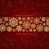 Grußkarte mit goldener Grenze von Schneeflocken auf einem roten Hintergrund Stockfotografie