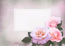 Grußkarte mit rosa Rosen und Karte für Text auf einem romantischen Weinlesehintergrund Lizenzfreie Stockfotos