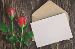 Grußkarte mit roten Rosen Stockbild