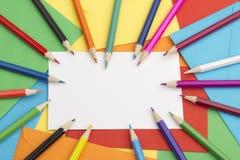 Grußkarte und farbige Bleistifte Stockfotos