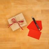Grußkarte und Geschenk, hohe Winkelsicht Lizenzfreie Stockfotos