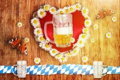 Grußkarte von bayerischem oktoberfest mit Herzen und Gänseblümchen Stockfotografie