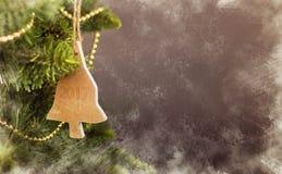Grußkarte Weihnachtsdekorationskalender mit hölzernem Baum Lizenzfreies Stockfoto