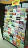 Grußkarten, die am Speicher verkaufen Stockfotografie