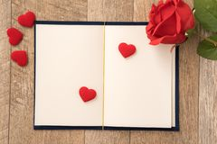 Grußkartenkonzept des Gebens des Geschenkes und der Überraschung des Valentinsgrußes, Jahrestags-, Muttertag- und Geburtstags lizenzfreie stockfotos