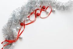 Grußkartenschablone gemacht vom roten Band, vom silbernen Lametta und von den Bällen mit Kopienraum, horizontale Ansicht, selekti Lizenzfreies Stockbild