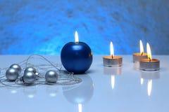 Grußkartenschablone gemacht von den Blau- und Teekerzen, silberne Weihnachtsbälle, silberne Schnur von Perlen und blaues Band in  Stockfotografie