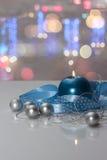 Grußkartenschablone gemacht von der blauen Kerze mit blauem Band, silbernen Weihnachtsbällen, silberner Schnur von Perlen und bun Lizenzfreies Stockfoto