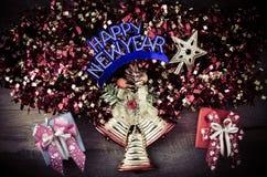 Grußmitteilung der frohen Weihnachten auf hölzernem Hintergrund Stockbild