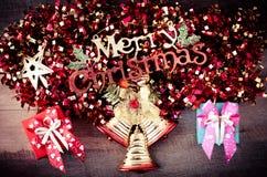 Grußmitteilung der frohen Weihnachten auf hölzernem Hintergrund Stockfotos