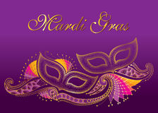 Grußplakat mit zwei punktierte Karnevalsmaske und dekorative Spitze des Entwurfs im Gold auf dem violetten Hintergrund Feierdesig Stockfoto