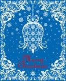 Grußweinlese schnitt blaue Weihnachtskarte mit Blumenpapier hängende Whitglocke, Schneeflocken und dekorative mit Blumengrenze he Stockfoto