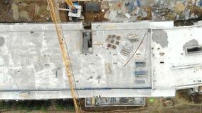 Gru aeree della costruzione di edifici e dell'asciugamano di vista superiore in citt? moderna Grattacieli della costruzione archivi video