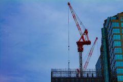 Gru all'in costruzione sulla costruzione a Tokyo immagine stock libera da diritti