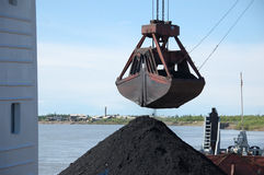 Gru a benna della gru con carbone Fotografia Stock