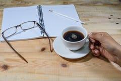 Gru a benna della mano un la tazza di caffè Fotografia Stock Libera da Diritti