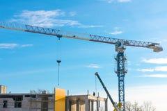 Gru a braccio girevole Gru di costruzione contro cielo blu immagini stock