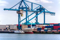 Gru a cavalletto del contenitore, contenitore e nave da carico vuota Fotografia Stock Libera da Diritti