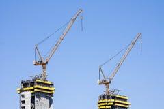 Gru che fabbricano i lavori di costruzione Immagini Stock Libere da Diritti