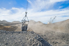 Gru a cingoli e benna di estrazione mineraria Fotografia Stock