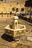 Gru con le tazze rituali di uno speciale e dell'acqua per lavare la parete occidentale delle mani Gerusalemme Israele Fotografie Stock