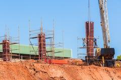 Gru concreta della muffa delle colonne della costruzione Immagini Stock