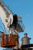 Gru del cantiere navale su cielo blu Immagini Stock Libere da Diritti