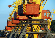 Gru del carico allineate in porto marittimo Fotografia Stock