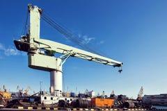Gru del carico del porto sopra il fondo del cielo blu Porto marittimo, gru per il carico al tramonto trasporto immagine stock libera da diritti