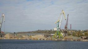 Gru del carico nella visualizzazione del porto fluviale dal mare per spedire caricamento video d archivio