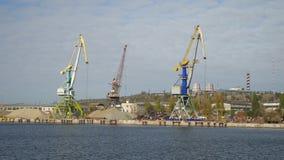 Gru del carico nella visualizzazione del porto fluviale dal mare per spedire caricamento stock footage