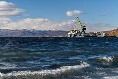 Gru del porto che carica una nave messa in bacino fotografia stock libera da diritti
