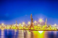 Gru del porto che funzionano nella città di Candia in Grecia all'ora blu fotografia stock libera da diritti