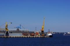 Gru del porto contro lo sfondo del mare e del cielo fotografia stock