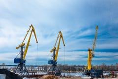 Gru del porto contro un cielo blu con le nuvole fotografia stock libera da diritti