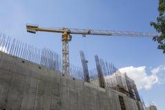 Gru della costruzione ai precedenti di costruzione in costruzione Fotografia Stock