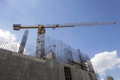 Gru della costruzione ai precedenti di costruzione in costruzione Fotografie Stock Libere da Diritti