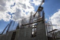 Gru della costruzione ai precedenti di costruzione in costruzione Fotografie Stock