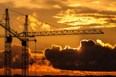 Gru della costruzione contro il tramonto Immagini Stock