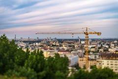 Gru della costruzione contro lo sfondo del distretto di Obolon Immagine Stock Libera da Diritti