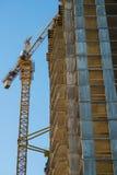 Gru della costruzione di edifici Fotografie Stock Libere da Diritti