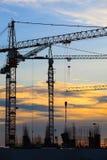 Gru della costruzione di edifici contro il bello cielo oscuro immagine stock libera da diritti