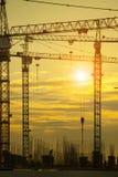 Gru della costruzione di edifici contro il bello cielo oscuro immagine stock