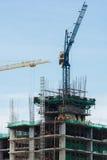 Gru della costruzione e costruzione in costruzione Fotografia Stock Libera da Diritti