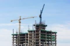 Gru della costruzione e costruzione in costruzione Fotografie Stock