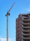 Gru della costruzione e costruzione in costruzione Immagini Stock Libere da Diritti