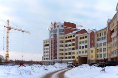 Gru della costruzione e costruzione in costruzione Immagine Stock